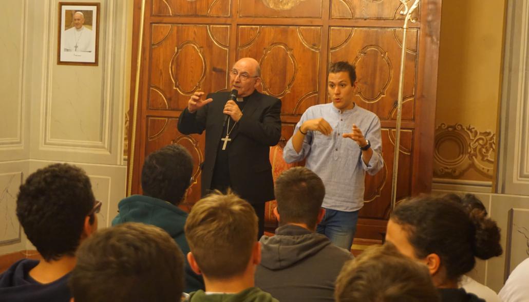 Jóvenes sordos con obispo 3