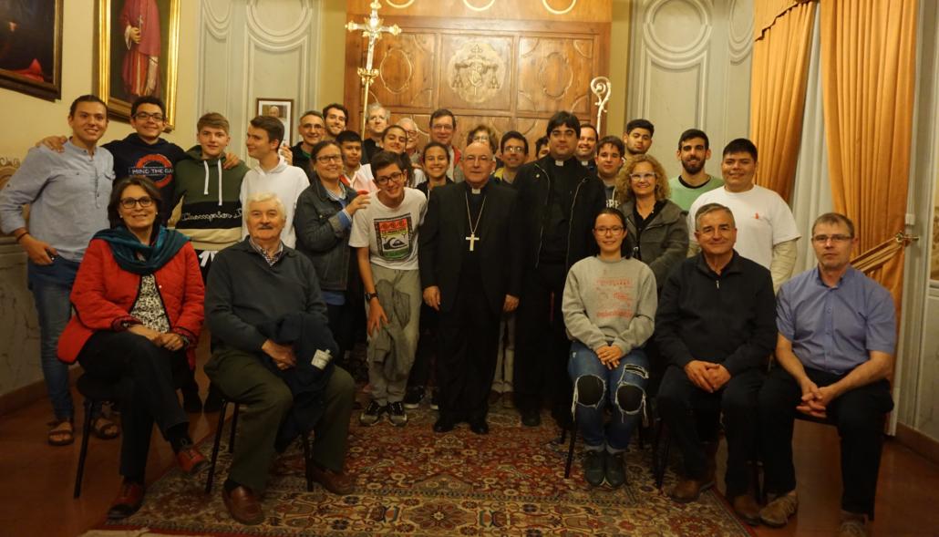 Jóvenes sordos con Obispo 2